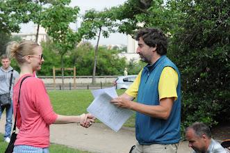 Photo: Je středa ráno 27. června 2012. Nacházíme se pod Eiffelovou věží, kde došlo na zhodnocení školního roku 2011/2012 a předání vysvědčení za tento školní rok. Hezké léto, Petro.