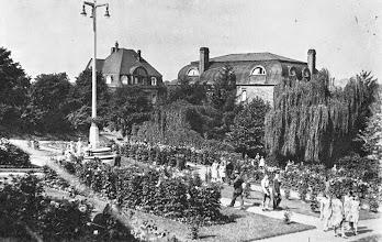 Photo: Ein Blick von der ,Stadtgartenallee' (Eingang des Stadtgartens) über den früheren Dahliengarten - heutzutage ein Autopark(platz) - zur Christian-Rohlfs-Straße - wahrscheinlich um das Jahr 1935.