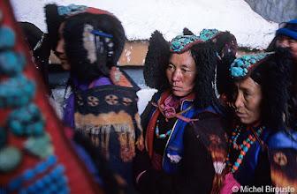 Photo: les femmes portent le Perac, coiffe-parure