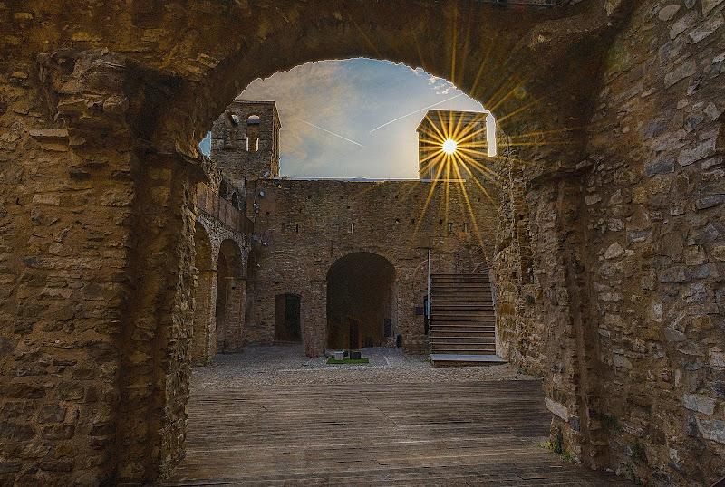 L'ultimo bacio del sole al castello  di Ocram