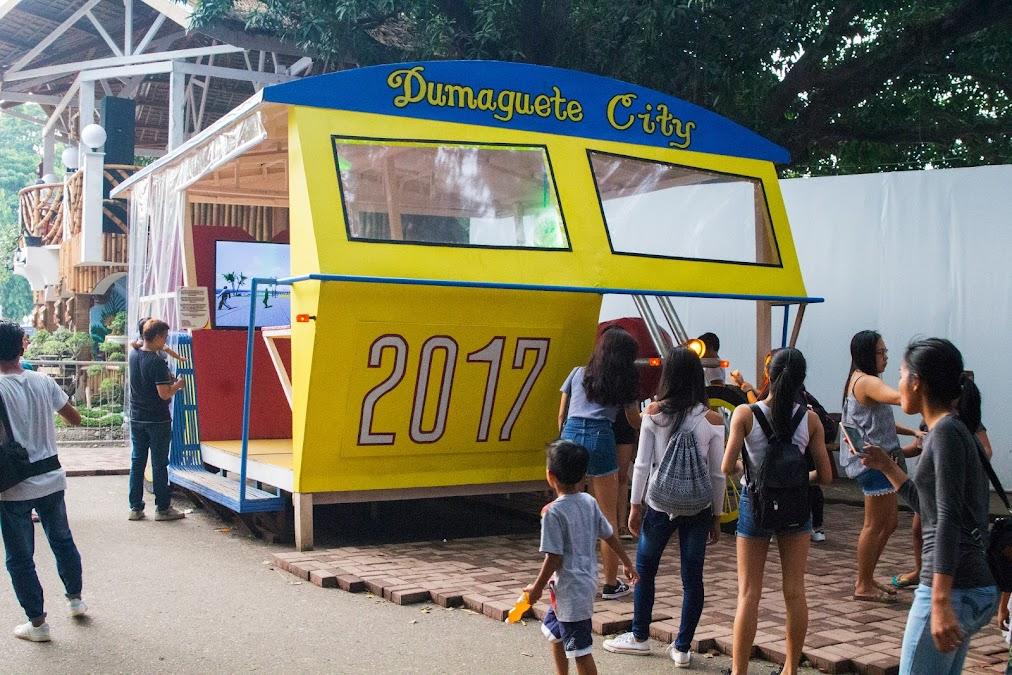 Идея на миллион: сделать большой трицикл, в котором все делают селфи! Трициклы, или педикабы - настоящий символ Филиппин, и по жизни встречаются гораздо чаще, чем джипни или какие-нибудь долгопяты :)