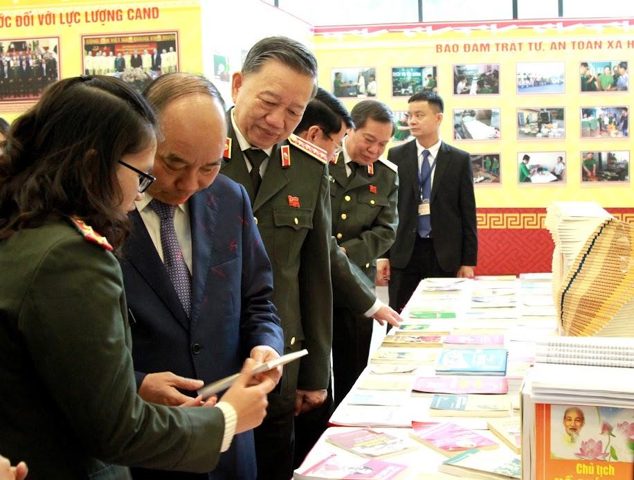 Thủ tướng Nguyễn Xuân Phúc tham quan gian trưng bày, triển lãm hoạt động của CAND trong phong trào thi đua vì ANTQ năm 2019