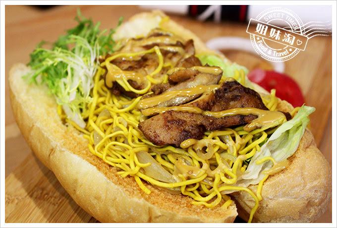 攝飲動漫主題餐廳醬雞炒麵麵包2