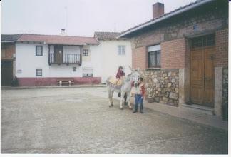 Photo: Julia y Alvaro, con su burra Alaska
