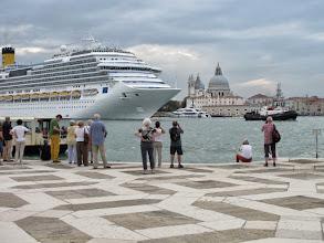 Photo: 2013 September:täglich werden mehrere große Kreuzfahrschiffe durch die Lagune geschleppt