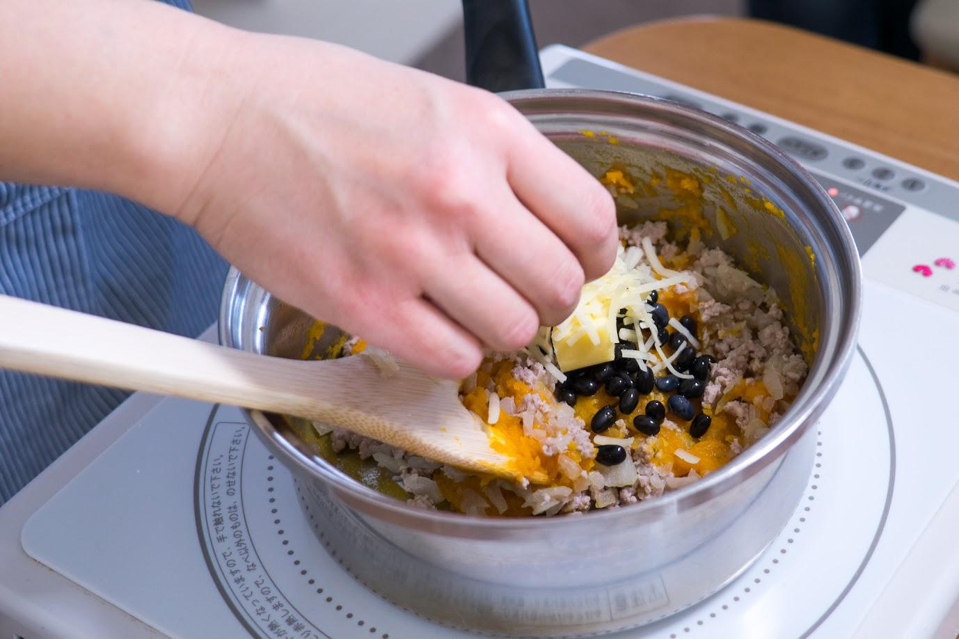 黒千石大豆と南瓜のスコップコロッケ:その他の材料を入れる