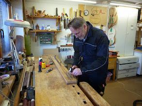 Photo: Klaus fertigt eine Sehne für seinen Bogen
