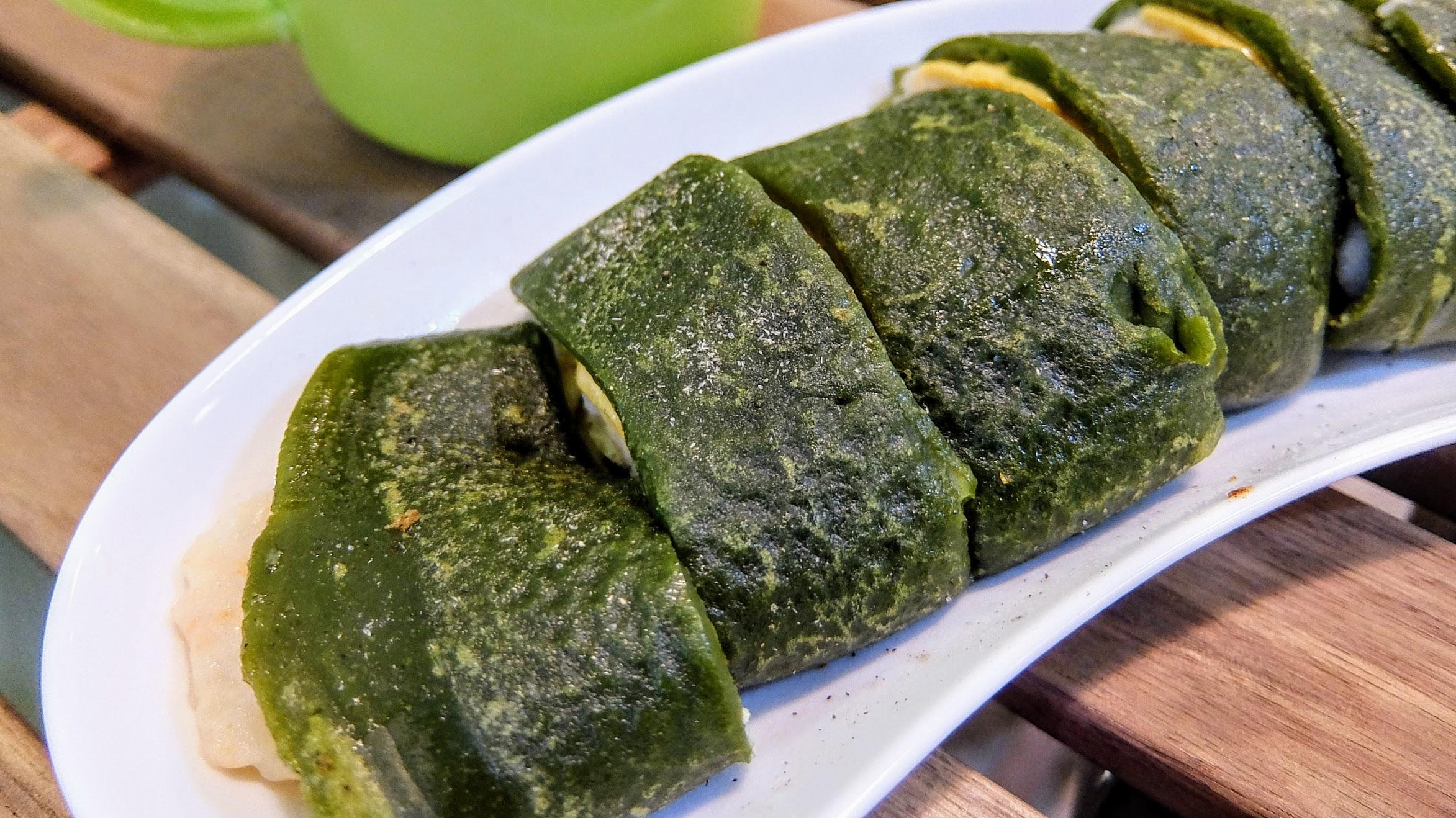日式抹茶蛋餅,餅皮有用綠茶粉去調製,屬於麵糊蛋餅,餅皮比較厚一些! 第一次來的麵糊蛋餅帶點苦味,但第二次來反而沒有XD