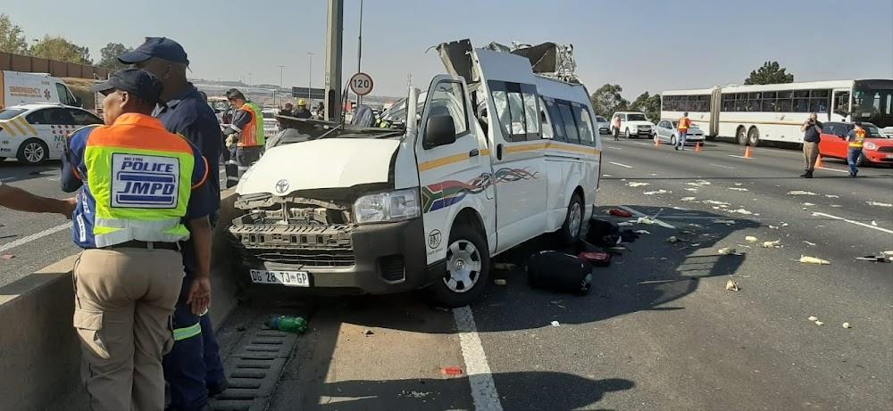 Nege sterf terwyl minibustaxi betonversperring op die Joburg-snelweg tref - SowetanLIVE Sunday World