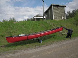 Photo: Ensin kärrättiin tavarat ja lopuksi tyhjä kanootti. On muuten sulavan näköinen kanootti.