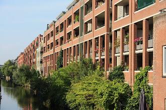 Photo: Stadsvernieuwingsnieuwbouw met sociale huurwoningen uit de jaren '90 aan de Lijnbaansgracht/Marnixstraat