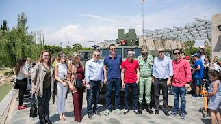 El alcalde y concejales de su equipo de gobierno junto a la dirección de LA VOZ.
