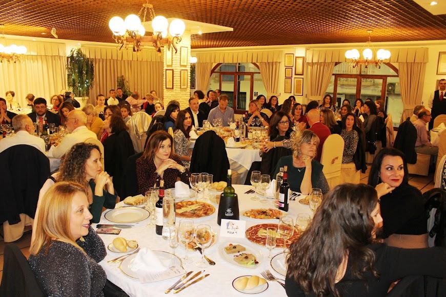 Algo más de cien personas abarrotaron uno de los salones nobles de Terraza Carmona en el homenaje.