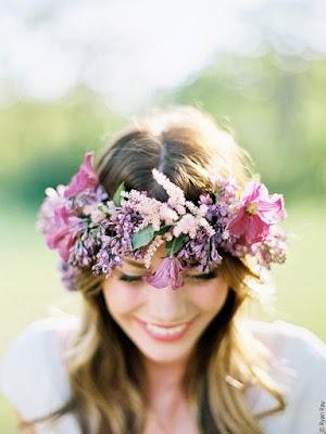 vrouw met bloemenkrans op haar hoofd