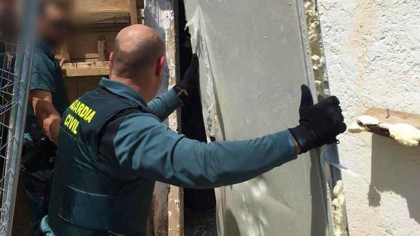 Agentes retiran alguna de las puertas que aseguraban el cortijo.