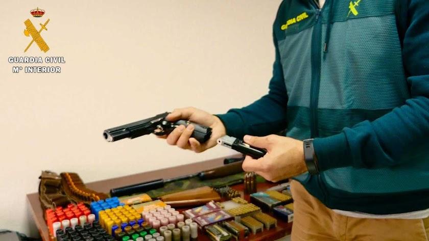 Munición y armas encontradas por la Guardia Civil.