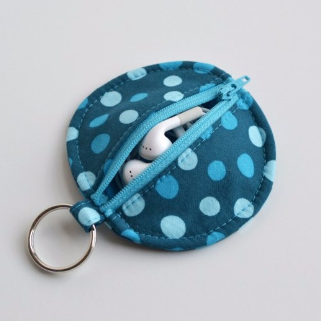Easy Sewing Projects to Sell - Circle Zip Earbud Pouch Tutorial - DIY Sewing Ideas for Your Craft Business. Make Money with these Simple Gift Ideas, Free Patterns #sewing #crafts
