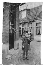 Photo: (1939)  Mijn zus in Egmond: Rommelpotterij, rommelpotterij stikkie an me zij, geef me een cent en ik ga voorbij. Dat leerde ze ons hoe klein we waren. Een versje met carnaval.