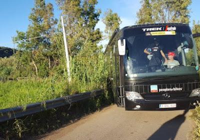 Erg zure start: ex-winnaars moeten op reservefiets van start in Strade Bianche na diefstal