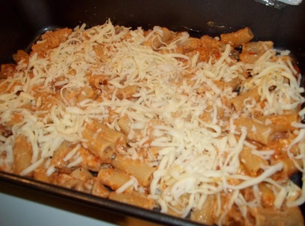 Pour half of the rigatoni mixture into the prepared pan; spreading evenly. Sprinkle 1...