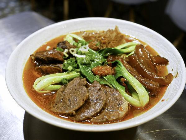神仙川味牛肉麵,「天官四福麵」牛肚、牛筋、牛腱、牛肋條一次滿足,第一家被製成日本泡麵的牛肉麵