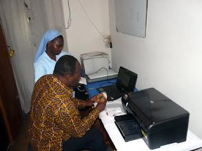 Photo: et même un ordinateur que leur installe gentiment Marcel, et qui nous permettra de correspondre enfin par courriel