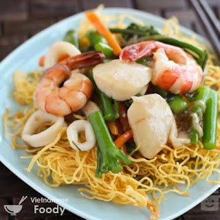 Description Vietnamese Crispy Egg Noodles with Seafood (Mì Xào Giòn)