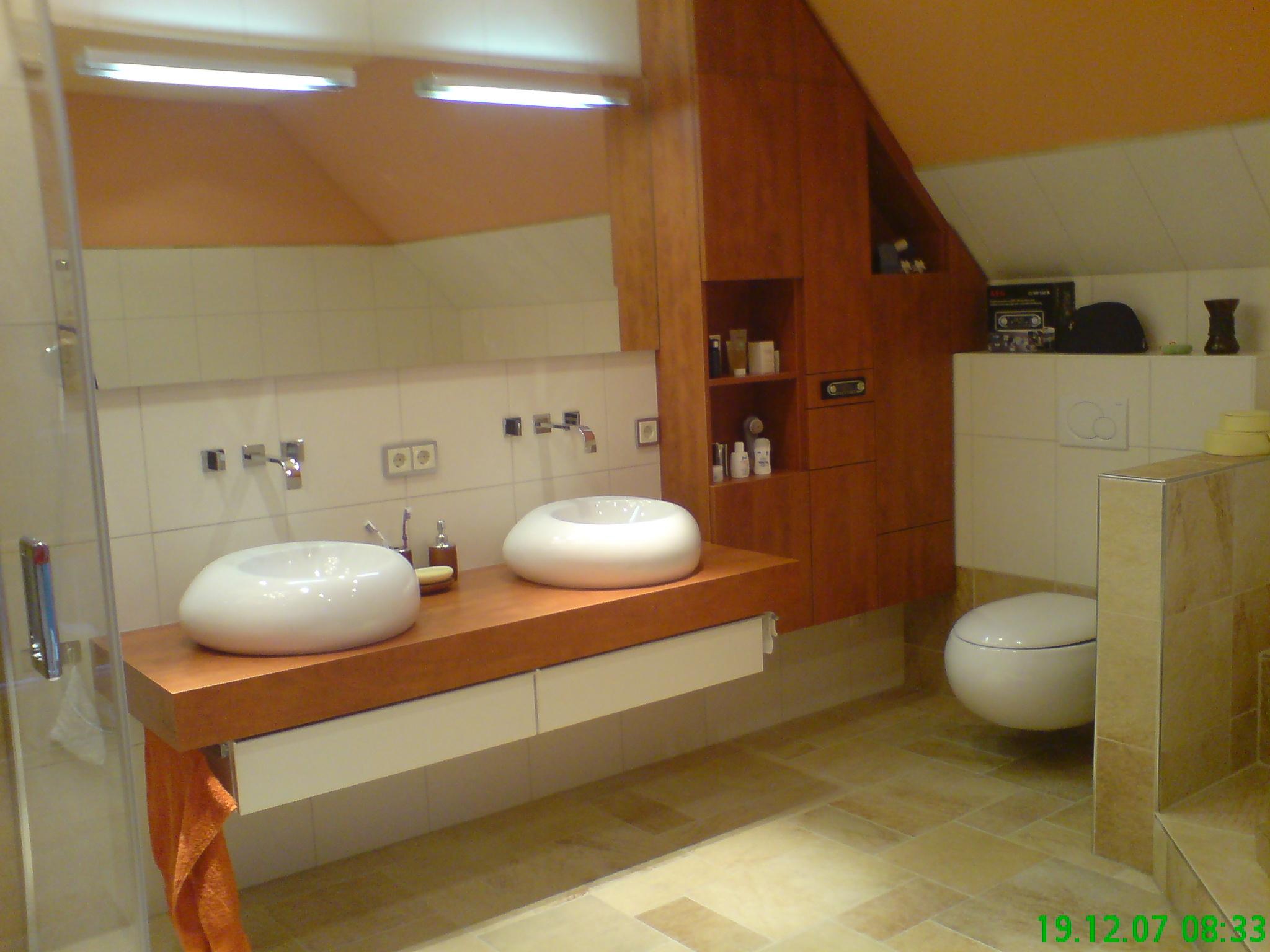 Foto: Bad mit Einbaumöbeln und V&B Waschbecken