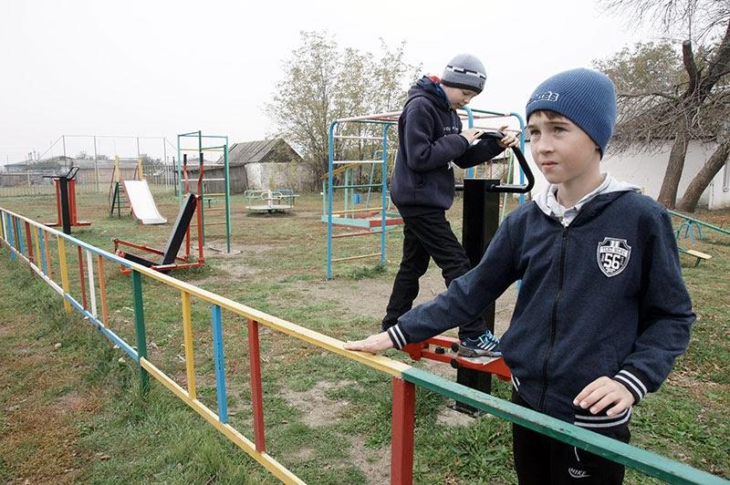 Ребята с удовольствием проводят время на спортивно-игровой площадке. Захар Кондратьев — местный житель, увлекается волейболом и настольным теннисом. Тимофей Андросов приехал из Тихорецка в гости к тете