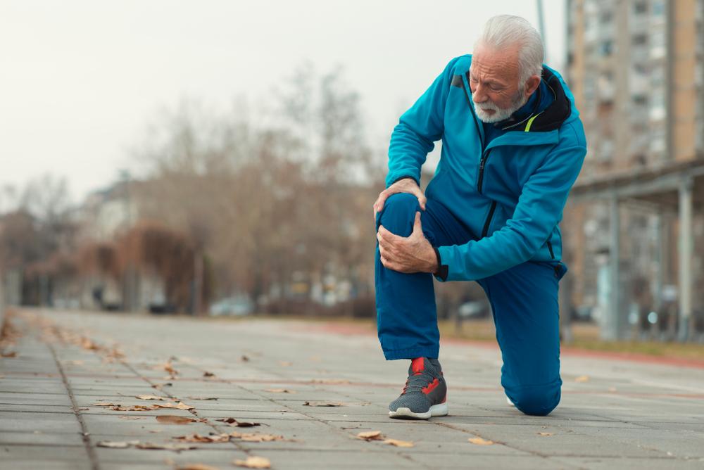 As dores na articulação nem sempre têm relação com a idade. (Fonte: DexonDee/Shutterstock/Reprodução)