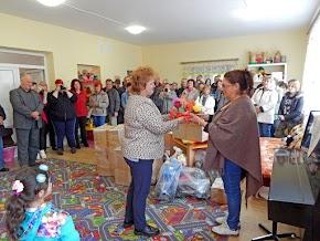 Palágykomoróci óvodában: az utazók és a Jákói támogatók által felajánlott ajándékok átadása