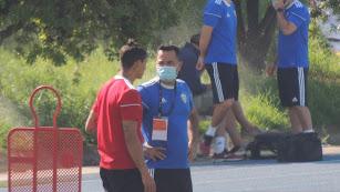 El uruguayo hablando con el doctor del Almería.