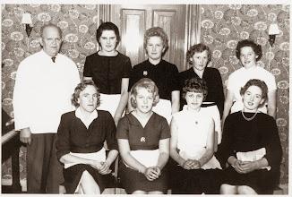 Photo: Knudsens Sølvbryllup d. 2. november 1960. Carl Bæk, Gerda, Kine, Dagmar, ?? Første række: Esther, Lizzi, Inger Indsendt af Mona Bæk