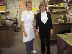 Photo: Die Chefköchin Margrit Bürgin und die freundliche Servicefrau Anita in der Küche