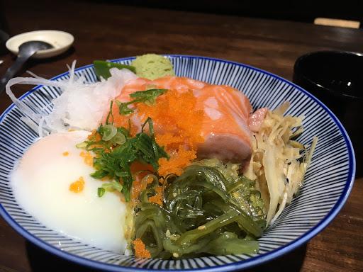 點了鮭魚刺身丼,生魚片新鮮又大塊,份量十足,加上免費續湯續茶,菜單丼飯選擇多