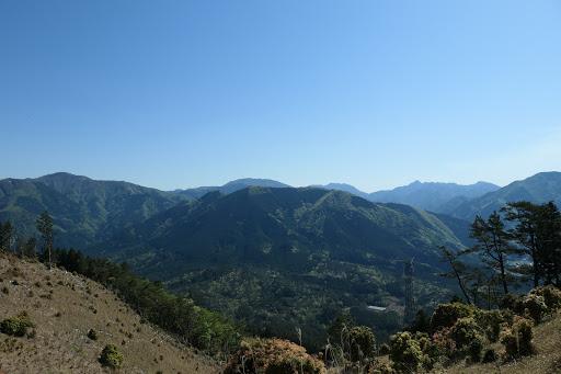 山頂からの展望(左から綿向山・雨乞岳・御在所岳・鎌ヶ岳・サクラグチなど)