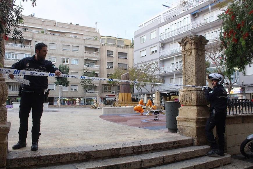 La Policía Local precintando los juegos infantiles en Plaza de San Pedro.