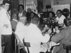 Photo: Da sx. Gigio, Pietrone, il pecorini e Aldo di schiena e di schiena anche la Bellisaria. In piedi, la Gina, l'Erminia e gli altri non so. Il Tavolo è quello di Bisnonno Guido. Vi sto scrivendo adesso da quel tavolo, ovviamente non in cucina. :)