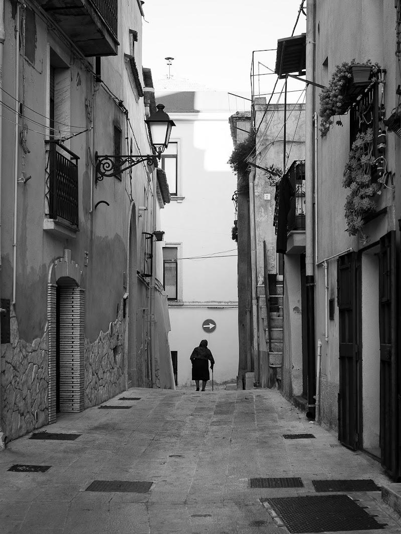 Tra le vie del borgo di Angelo Mangipinto