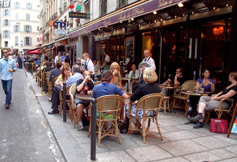 На улицах Парижа туристов ждут бесчисленные открытые кафе