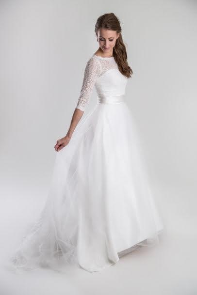 Brudklänning i mönstrad spets med tyllkjol och ärm