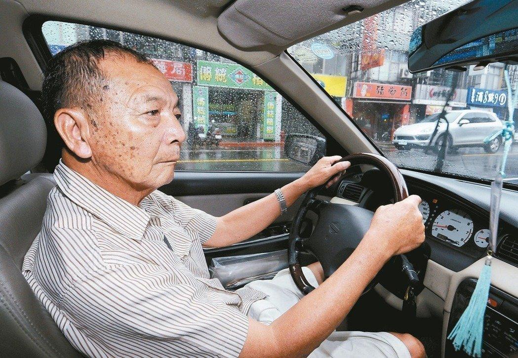 交通部今天預告修正「公路證照及監理規費收費辦法」,明定7...