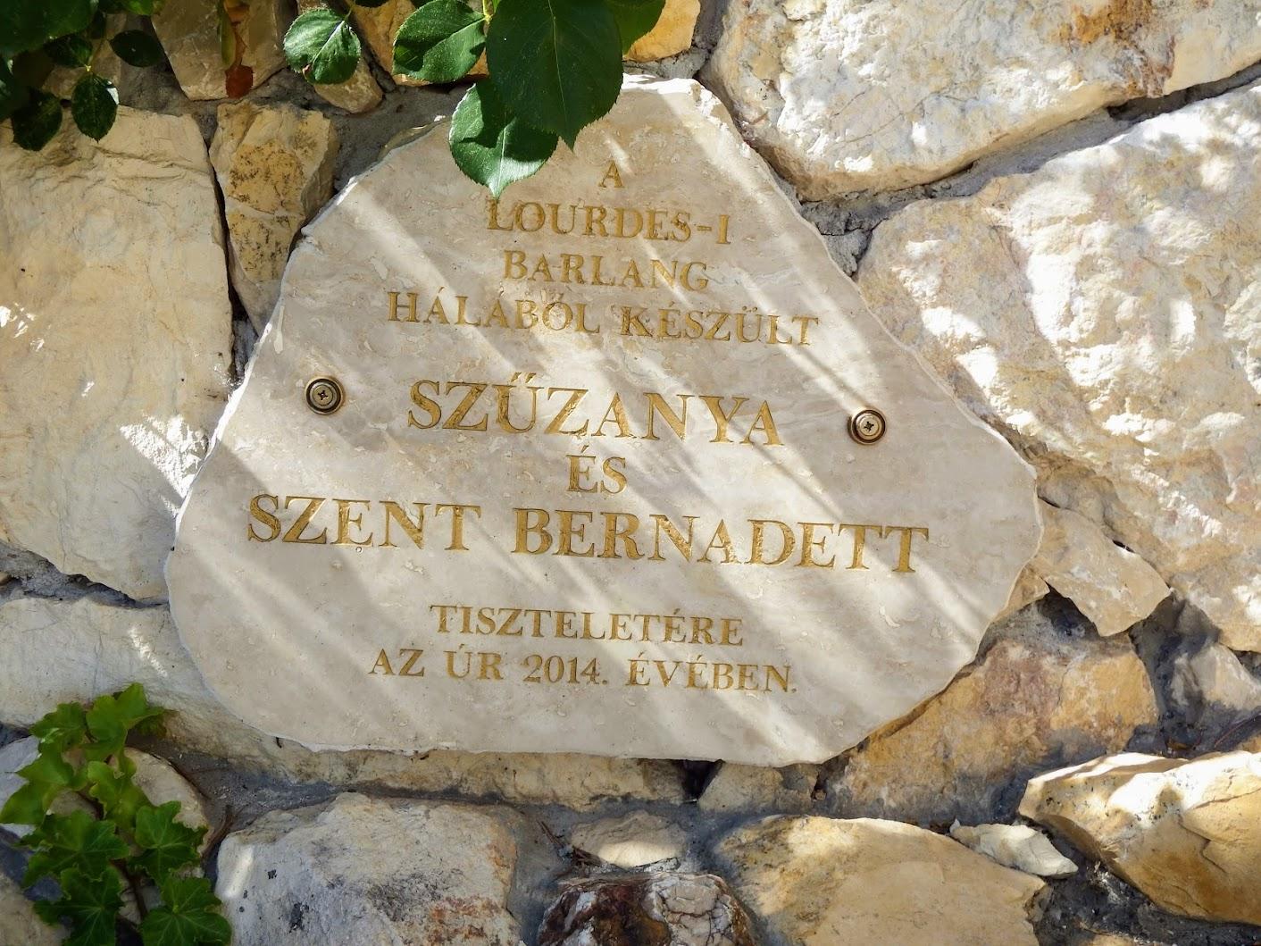 Győr-Nádorváros - Lourdes-i barlang a Szentlélek-templom bejárata mellett