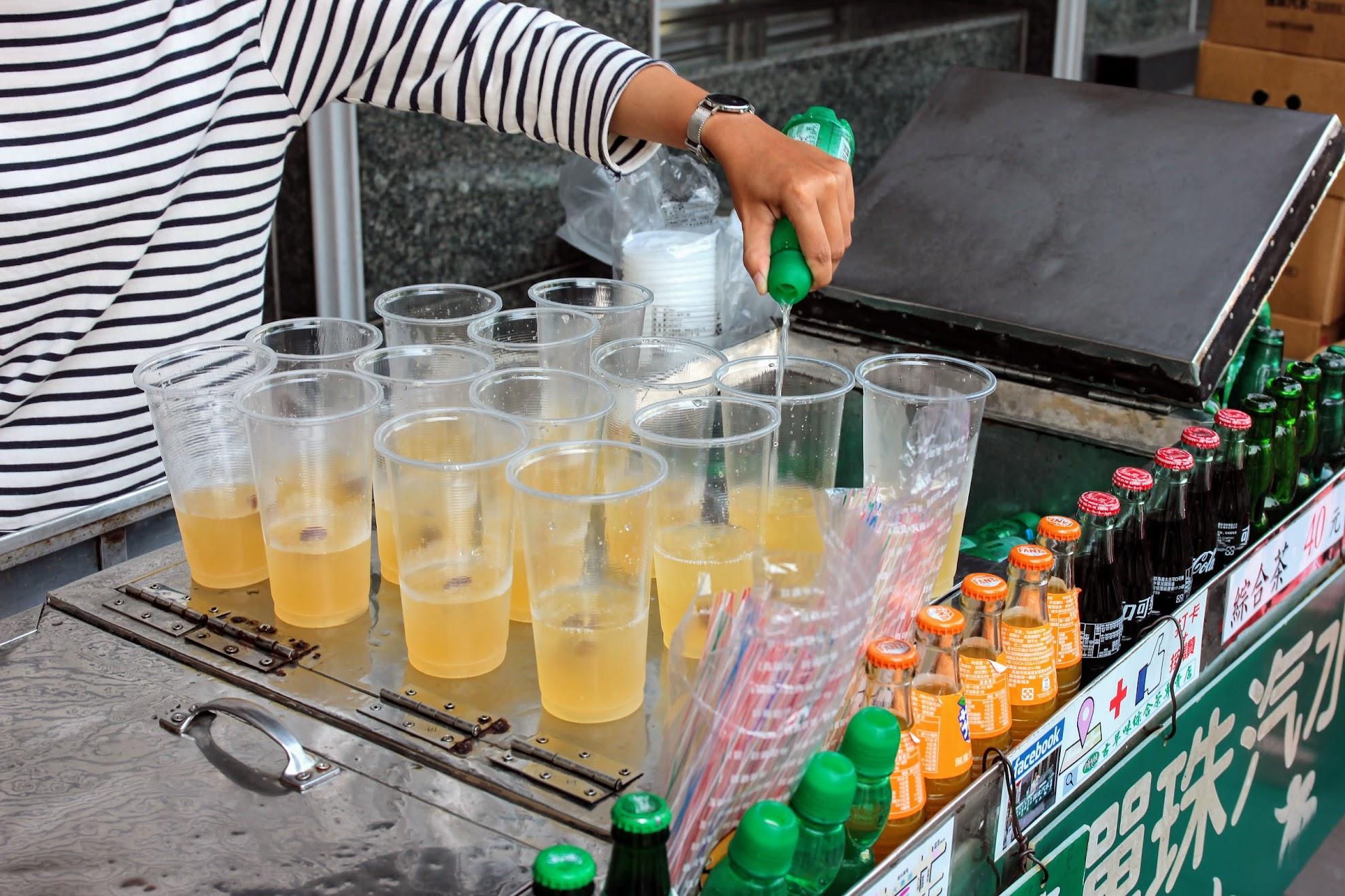 金傑檸檬做基底,接著放入冬瓜茶,梅子等,最後再加上彈珠汽水!!