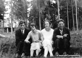 Photo: Annelund 5-17 1930. Fr v Karl Persson, Elsa Persson, Alva Persson, Ivar Nyberg