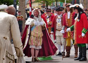 Photo: Der Bürgermeister entbietet unterwürfig seinen Willkommengruß.