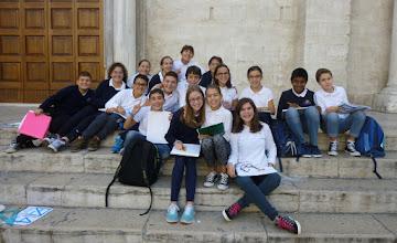 Photo: It.s1P23-141011élèves pausant volontiers pour photo, après échanges, parvis cathédrale St Sabin à Bari  P1010018