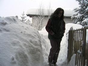 Photo: Erika im Tiefschnee vor dem Stall