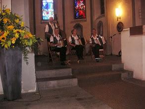 Photo: Tobiässler Örgelimusig  beim Auftritt in der Regulakirche. Dabei die beiden Musikanten bei uns in der SGF-Tschoppehof,  der Bassist Markus Heimgartner und Marliese Plüss (l)