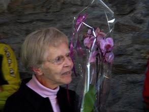 Photo: Madame CREUSEFOND, reçoit des orchidées